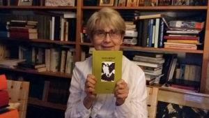 Barbara Lönnqvist med en bok i handen