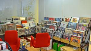 En samling på Mikael Winogradows vinylsamling i blue vinyl i Hagalund Esbo.