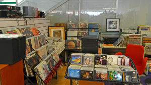 En bild på Mikael Winogradows vinylsamling i Blue vinyl i Hagalund i Esbo.