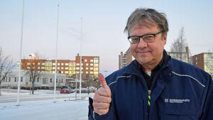 Pekka Sauri poserar och visar tummen upp.
