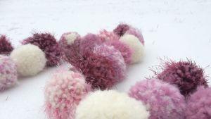 Garnbollar på snö
