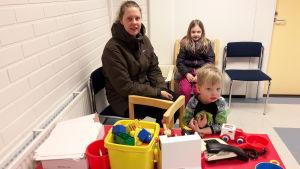 Ulrica Dahlbo och hennes två barn Isabelle och Lucas besöker Smedsby hälsostation några gånger om året.