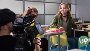 Ronja Alatalo (Stella Kuparinen) ja Jenni Jaakkola Bongolava feat Jenni Jaakkola: Paperisetelit -musiikkivideon kuvauksissa.