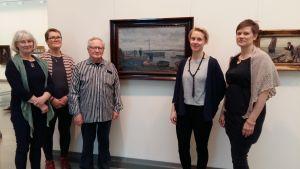 Nina Söderlund, Micaela Jansson, Roger Brooo, Sandra Nyberg och Anna Franzen framför tavlor av Victor westerholm