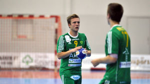 SIF:s Gustav Svanbäck med bollen och Ian Martin.