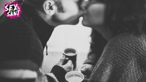 Två personer kysser varandra