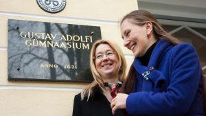 Biträdande rektorerna Tiivi Pikhof (t.v.) och Yvonne Lagre (t.h.) vid Gustav Adolfs gymnasium i Tallinn.