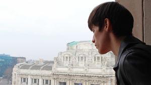 Simon nygård - modell  och smyckesdesigner ser ner från sin hotellbalkong i Milano