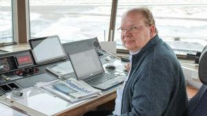 Timo Kasurinen sitter i flygledningstornet på Malms flygfält och övervakar trafiken