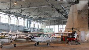 flygplan i hangar