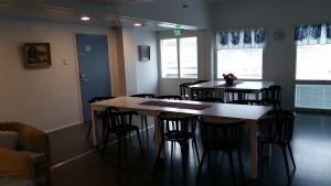 I allrummet på servicehuset Ratamo Turku är både bord, stolar och väggar i trä.