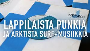 Levysinkkujen päällä lukee lappilaista punkia ja arktista surf-musiikkia.