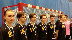 Isak Lehvonen, Henrik Nieminen, Thomas Untovuori, Christian Nieminen, Eemeli Maijala, Santeri Maijala och Eddie Lundin i Katedralskolans lag.