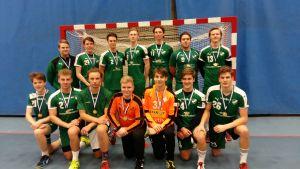 Grankullas gymnasiepojkar uppställda efter FM-guldet i skolhandboll 2017.