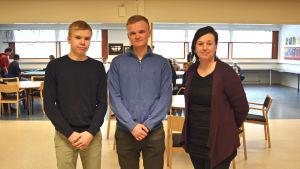 Korsholms gymnasie-eleverna Lukas Enlund och Rasmus Kupi tillsammans med engelskaläraren Lena Härtull.