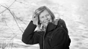 Liisa Palmroth hymyilee talvisessa maisemassa.