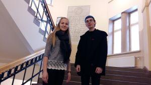 eleverna Kajsa Lindholm och Isak Palm i Katedralskolans trappa