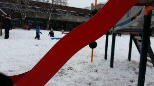 Barn leker i snön på Skolgatans daghem i Åbo.
