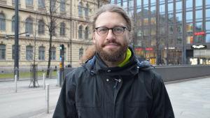 Otso Kivekäs på centralgatan med ateneum i bakgrunden