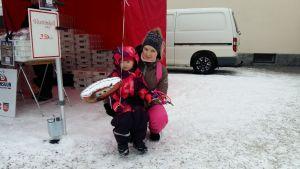 Mamma med sin dotter på torget i Idensalmi.