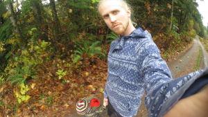 Roni Ruotsalainen lapsen kanssa lenkillä