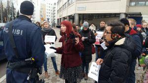Demonstranter utanför polishuset i Böle, som protesterar mot att asylsökande utvisas från Finland.