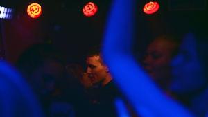 Iines och Mathias tillbaka på dansgolvet där de träffades för ett år sen.