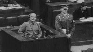 Kansainvälinen sotilastuomioistuin kokoontui 1946 käsittelemään sodan hävinneen Japanin johtajia sotarikoksia.