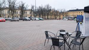 Borgå torg är tomt en grå dag, i förgrunden ett kafebord där ingen sitter.
