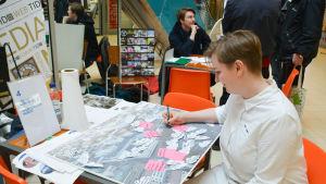 Miia-Liina Tommila från arkitektbyrån Kaleidoscope Nordic leder en workshop i köpcentret Lundi i Borgå