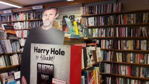 En pappdocka av Jo Nesbö i naturlig storlek i en bokhandel.