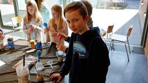 Viktor Schauman experimenterar på Barnens energidag.