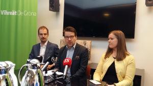 De grönas partisekreterare Lasse Miettinen, partiordförande Ville Niinistö och kampanjchef Kirsi Syväri på presskonferens.