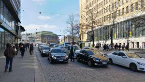 Flera taxibilar fyller upp en gata i Helsingfors.