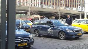 En rad taxibilar från olika företag utanför Centralstation i Stockholm.