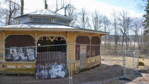 paviljongen sett bakifrån, byggnaden har lyfts upp på träbjälkar