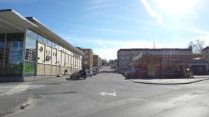 En gata med en affär på ena sidan och en bränslemack på den andra.