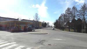 En gata och en bensinmack.