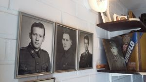 Militärfoton pryder väggarna i Sture Nylunds garage i Ekenäs