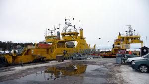 Landsvägsfärjor står i hamnen i Galtby.