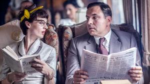 Rikos yhdistää -sarjassa Agatha Christien etsiväpariskunta Tommy ja Tuppence seikkailevat kylmän sodan aikaisessa Britanniassa.