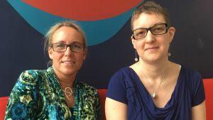 Ulrica Stigberg och Petra Berg sitter på en soffa.