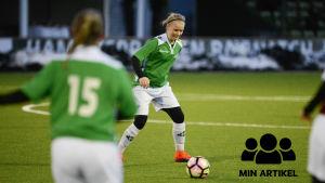 En ung kvinna som heter Rebecka Mannström spelar fotboll.
