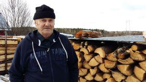 Karl-Erik Sundin med resultatet av vinterns skogsarbete.