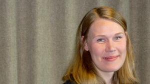 Julia Lindholm sitter och ler
