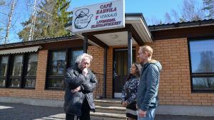 Christer Alm funderar utanför baren i Isnäs, nya ägarna Pranom och Karre Anttonen ler