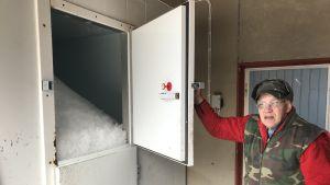 Bertel West förevisar ismaskinen i fiskhanteringshallen i Långskärs fiskehamn.