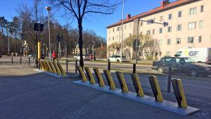 Stadscykelstation utan en enda cykel, i Kottby i Helsingfors.