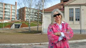 Yrsa Grüne poserar med solglasögon på.