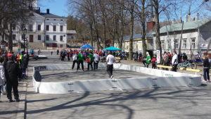 Folk spelar innebandy på gatan i Kristinestad under ett motionsjippo i staden.